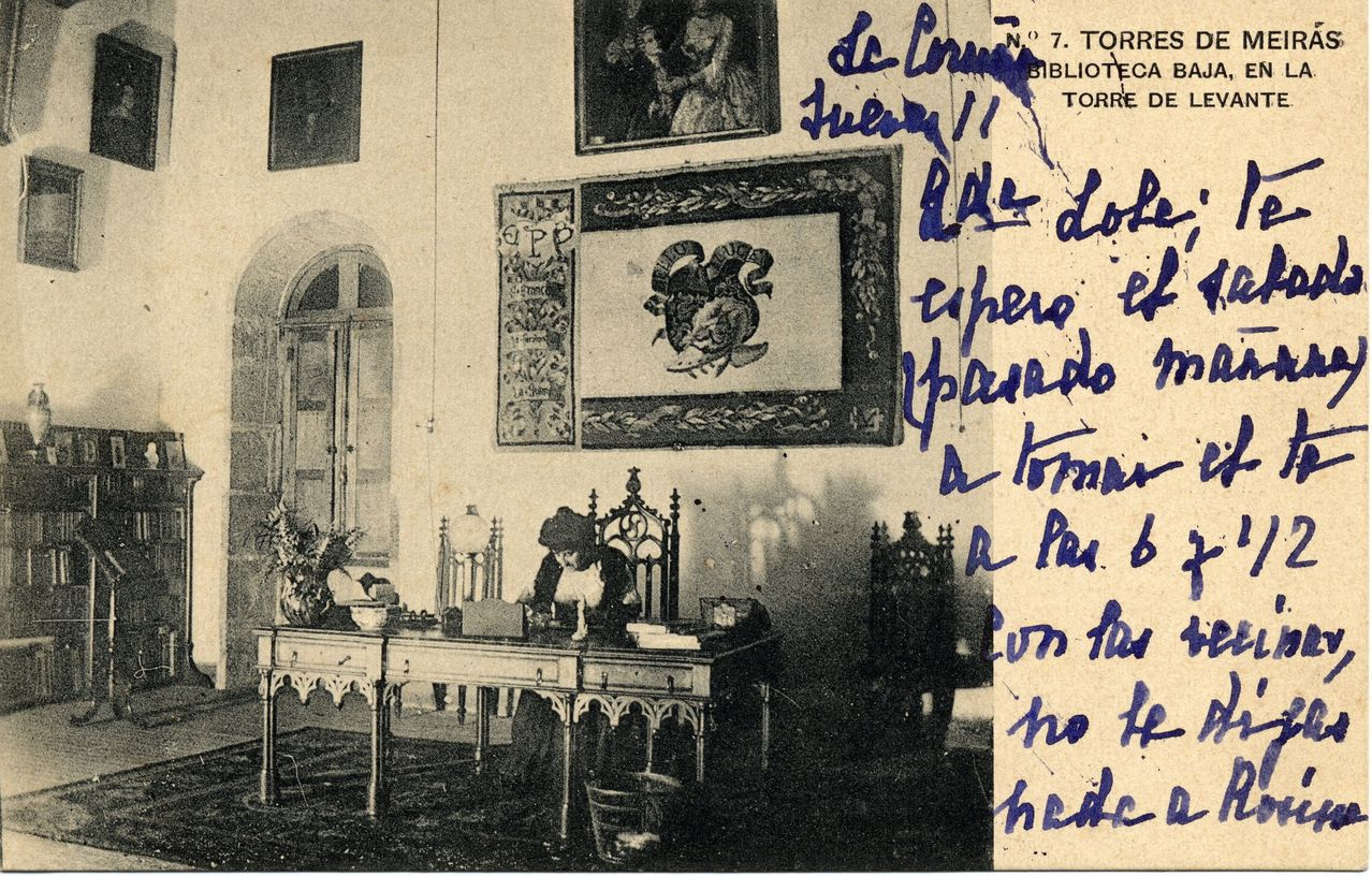 Blanca Quiroga, hija de Emilia Pardo Bazán, en una de las salas que su madre utilizaba para trabajar, además del despacho biblioteca que tenía  en la torre de la Quimera, la más alta de las tres, en el extremo sureste del edificio
