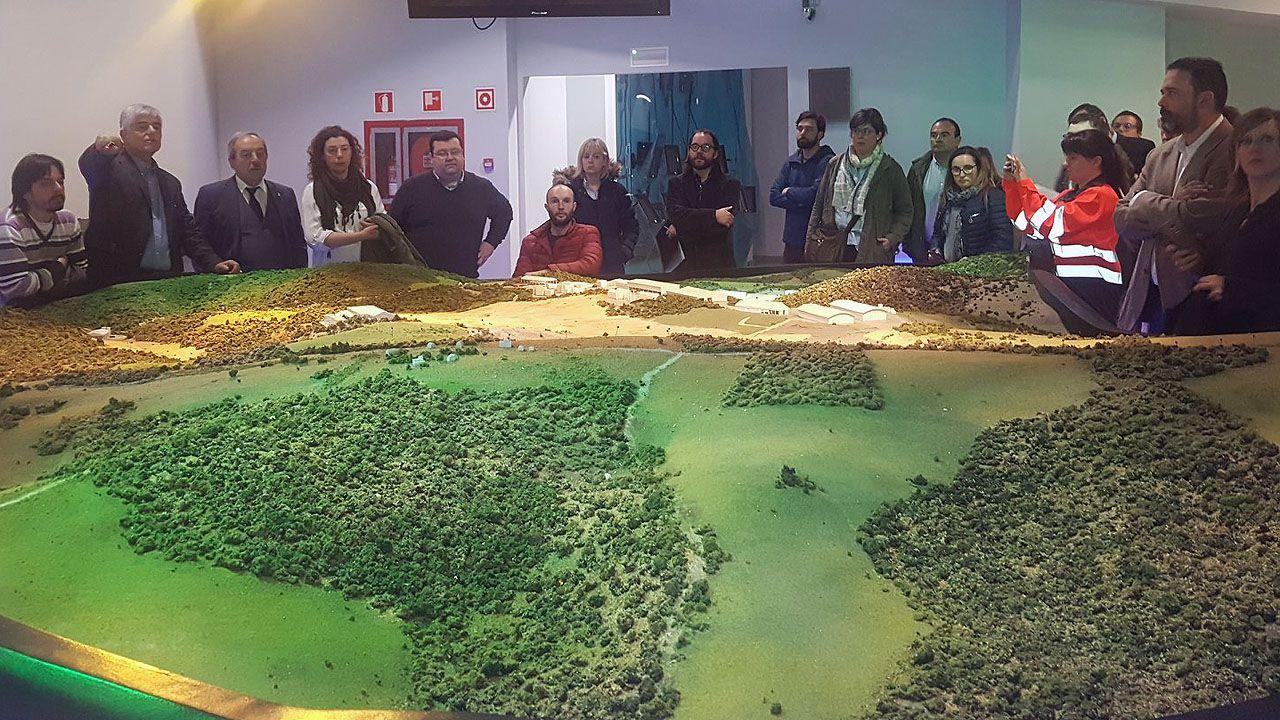 Las autoridades de Oviedo contemplan una maqueta del vertedero de Cogersa