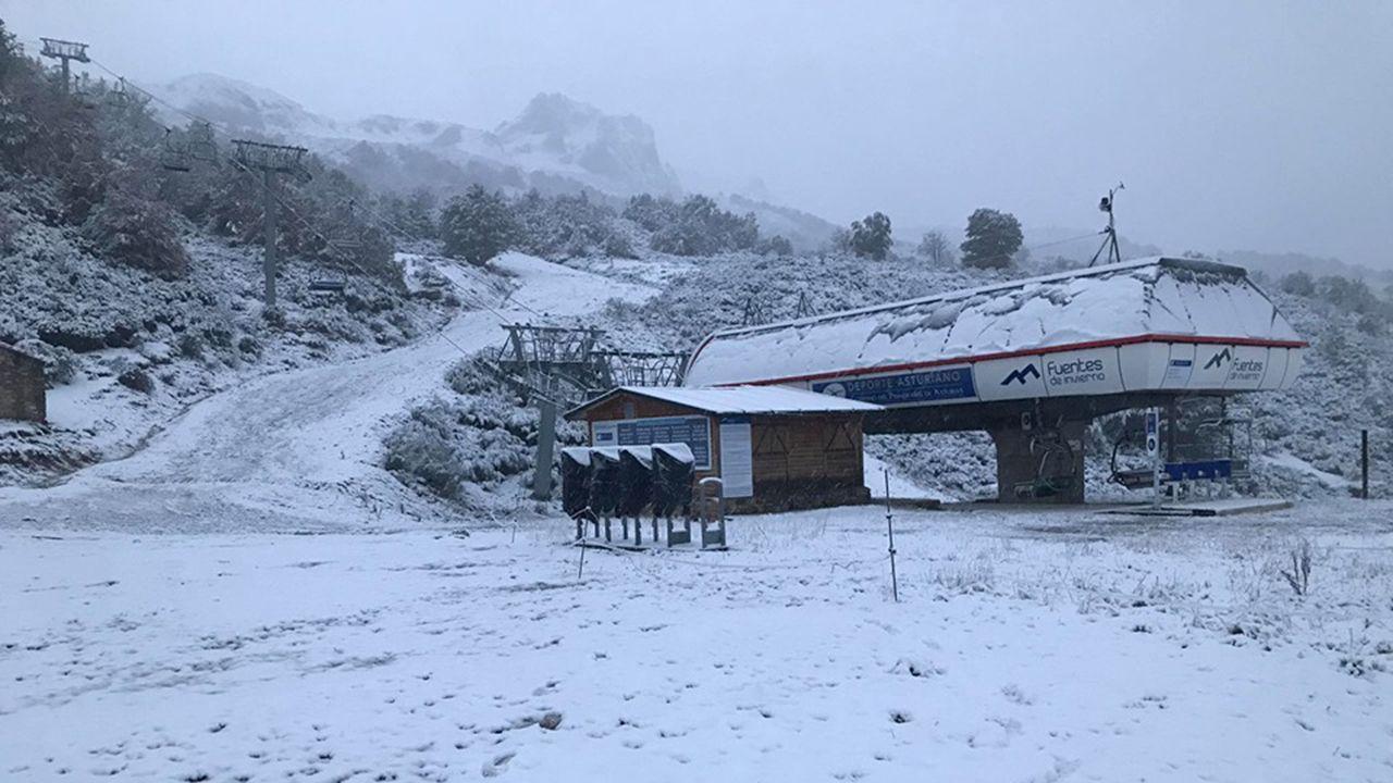 Turistas en Asturias con lluvia.Estación de esquí de Fuentes de Invierno