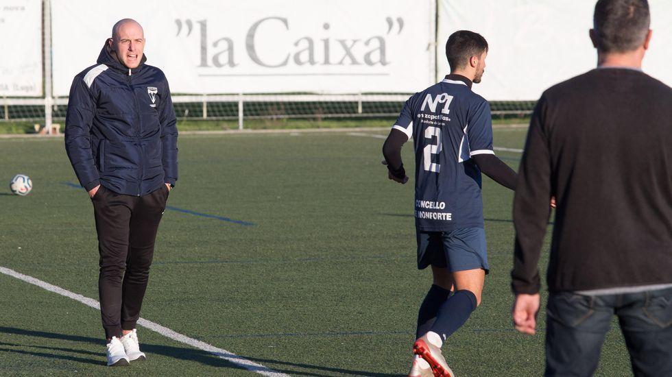 Las imágenes del Pontevedra CF - Ibiza.Luismi pugna con Folch durante un Oviedo-Valladolid