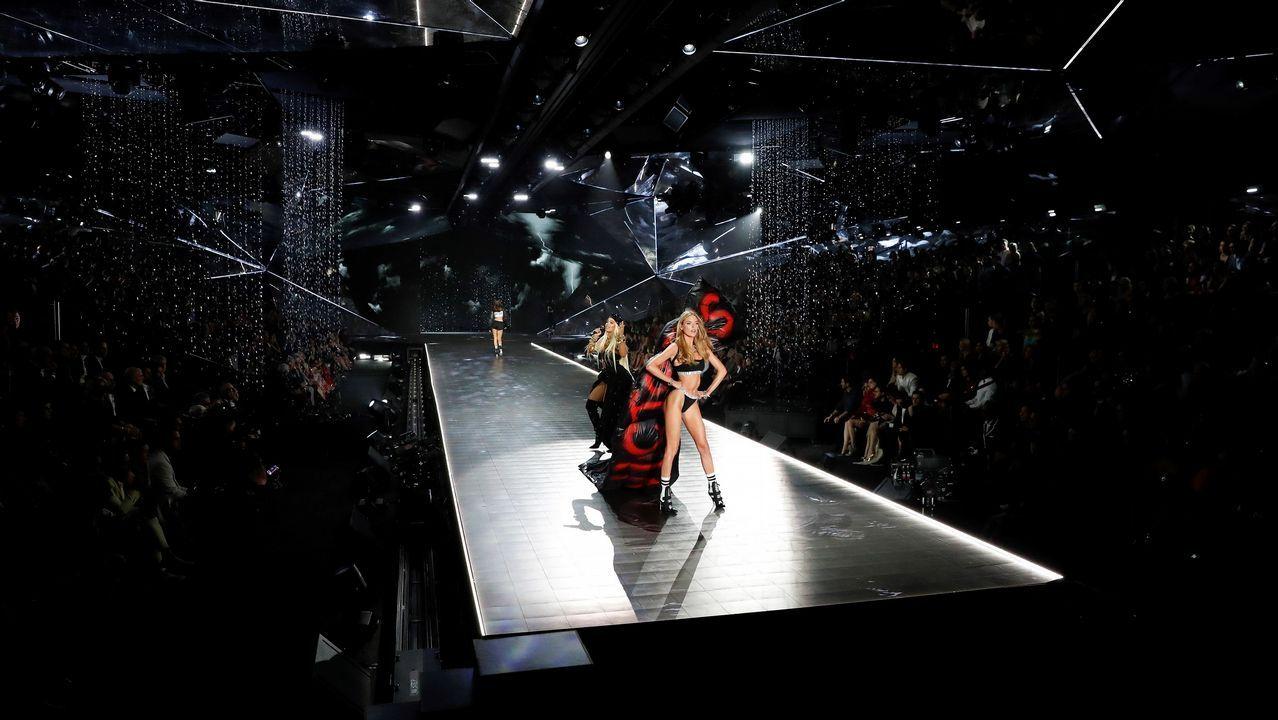 La modelo holandesa Romee Strijd (d) posa en la pasarela durante el desfile de modas de Victoria's Secret 2018 en Pier 94 en Nueva York