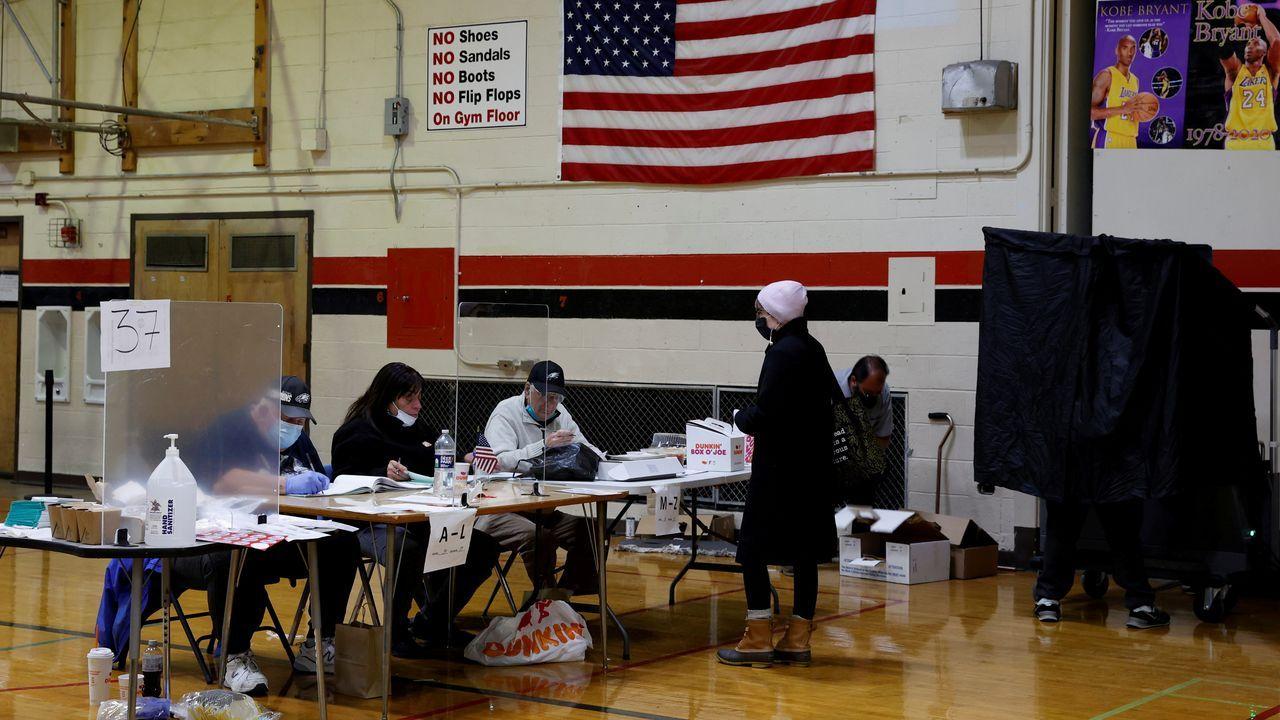 Votación en un colegio electoral de Philadelphia, Pensilvania
