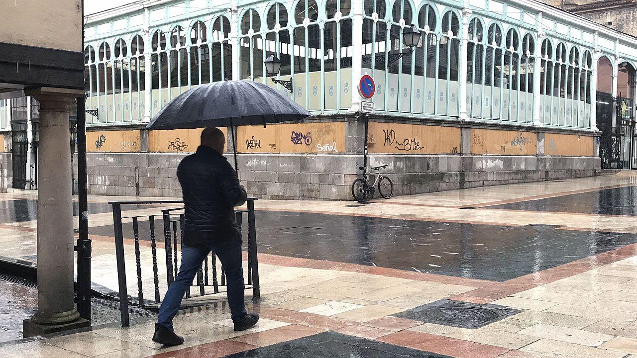El temporal de lluvia barre Oviedo.Avión de Vueling despegando de la pista de Alvedro