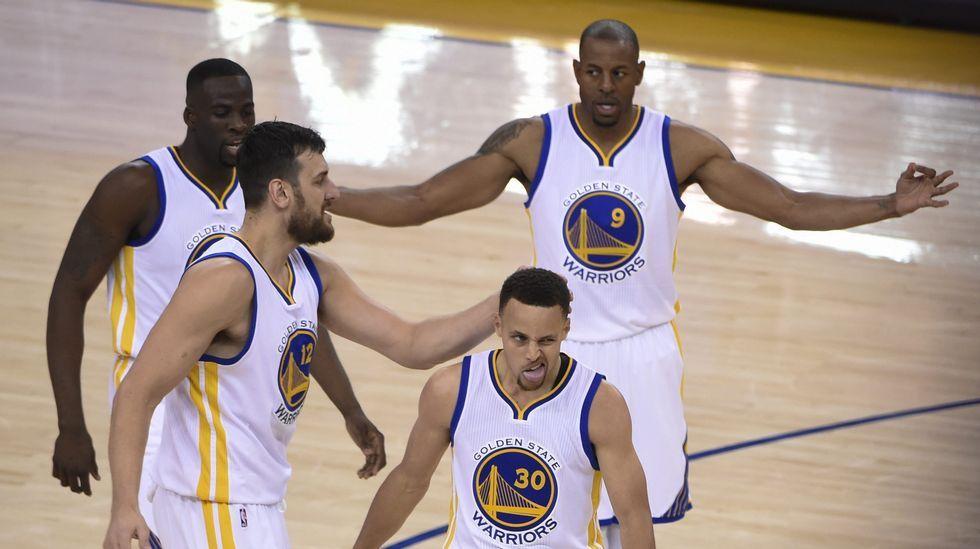 El nuevo «dress-code» de los deportistas.Curry, en el partido del domingo antes de lesionarse