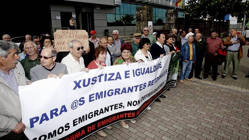 Protesta de emigrantes retornados en Vilagarcía durante la visita de Ana Pastor