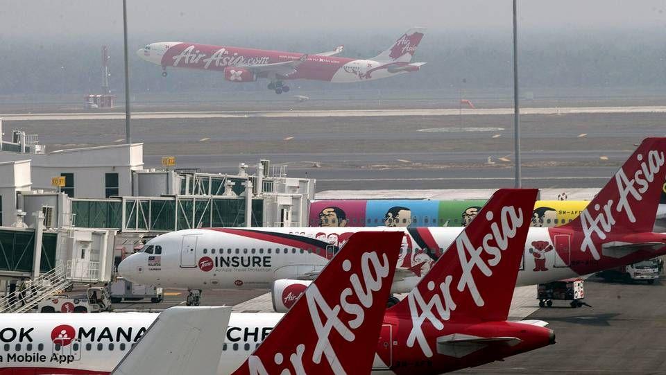Tareas de rescate y desesperación de los familiares al aparecer restos del vuelo QZ8501