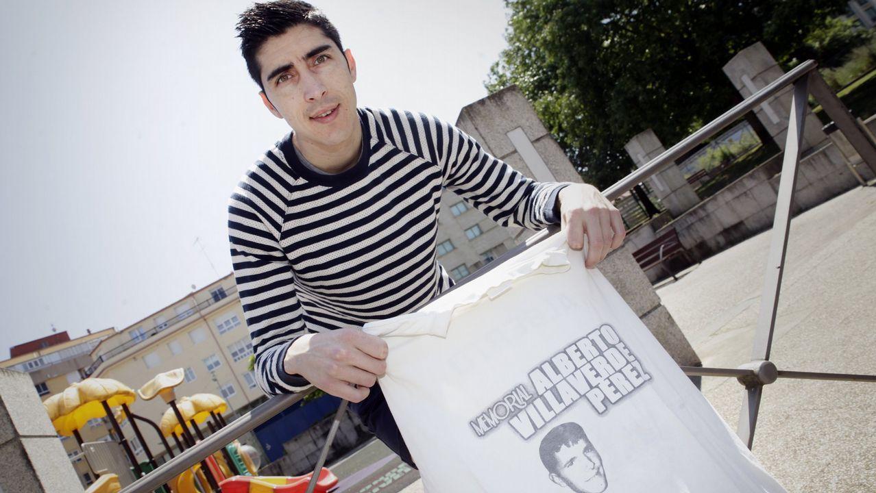 Anxo Vidal con la camiseta en recuerdo de su amigo Alberto Villaverde con la que siempre salta al campo
