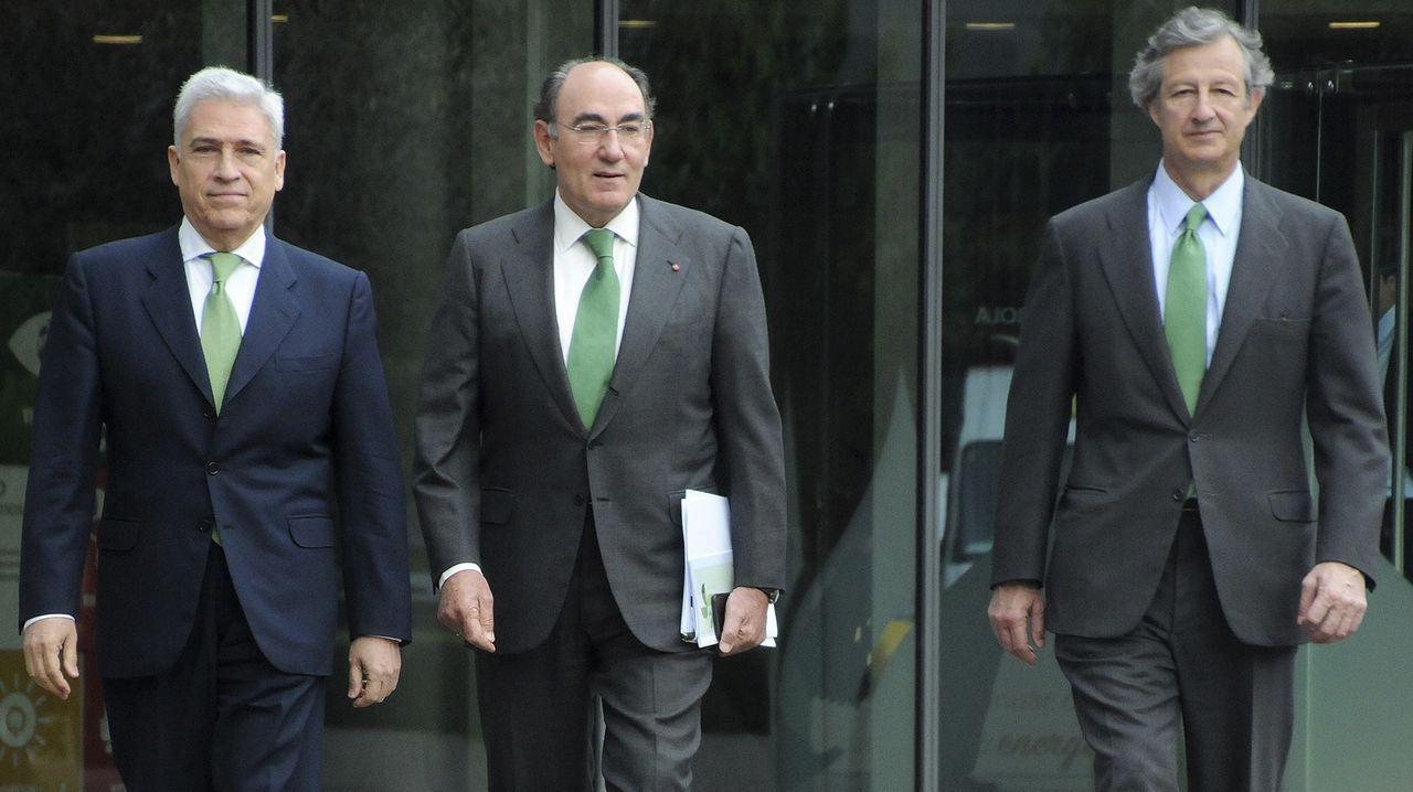 De izquierda a derecha, el director general de los Negocios, Francisco Martínez; el presidente del grupo, Ignacio Sánchez Galán; y el director general de Finanzas y Recursos, José Sainz Armada