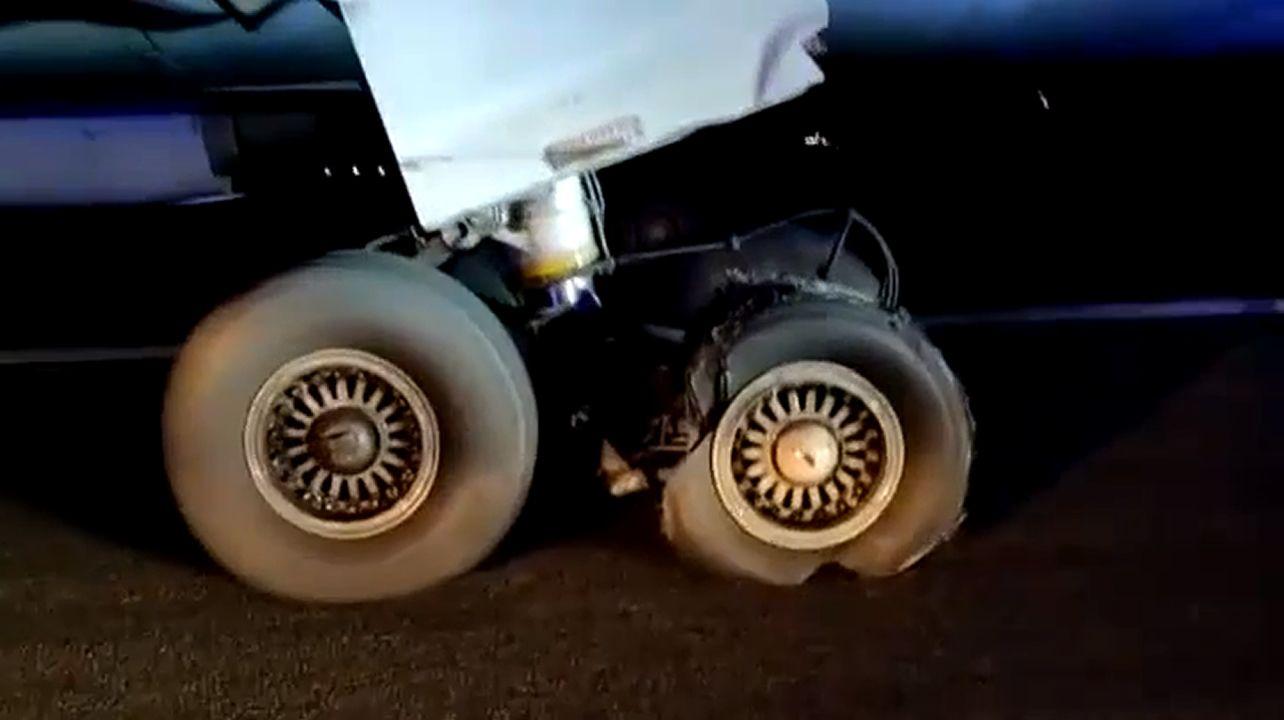 Así quedó la rueda que provocó el aterrizaje de emergencia del avión de Air Canada.MENOS ES MÁS. El menos significa en esta ocasión prescindir de camisa e ir, directamente, en sujetador