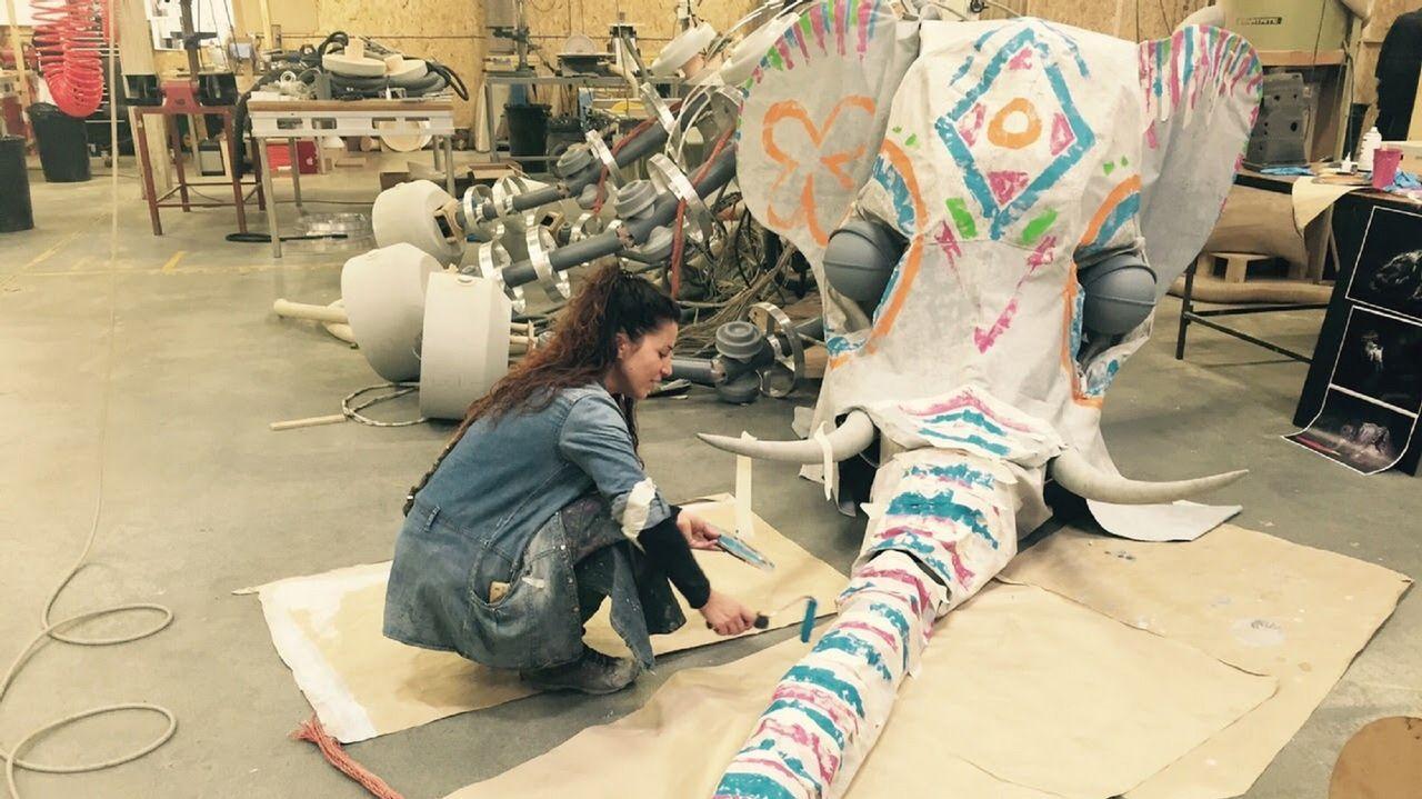 ¿Cómo será la transformación del Arquitecto Marcide?.Rut pintando una de las piezas de la película «El Hogar de Miss Peregrine», de Tim Burton