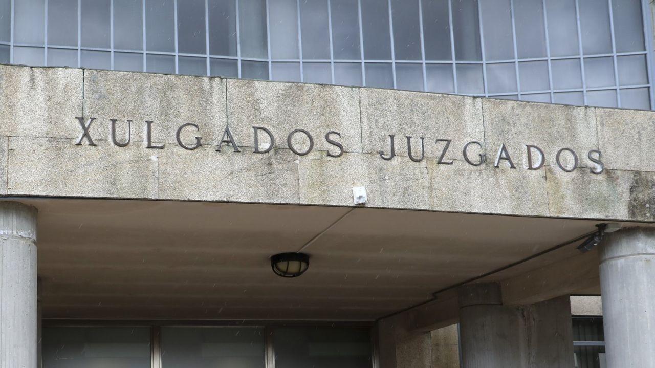 Las escaleras que dan acceso al paso inferior bajo la SC-20.La Policía Local y la Nacional hicieron controles en 41 locales de hostelería de Santiago y todos menos uno cumplían las normas