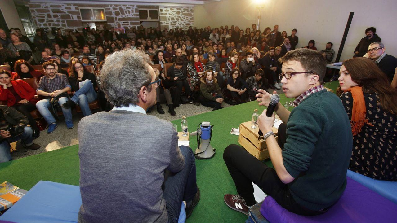 Sánchez: «Los independentistas van dando lecciones de democracia y no condenan la violencia».Una imagen que difícilmente se volverá a producir: Errejón con Villares y Santos en Pontevedra durante un acto en septiembre del 2016