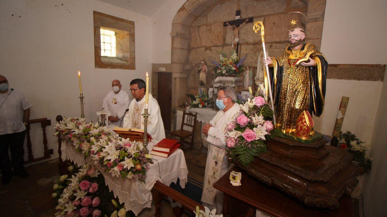 San Benito de Seráns celebró su tradicional romería.Profesionales del Lapasega con unas muestras PCR llegadas de Ferrol
