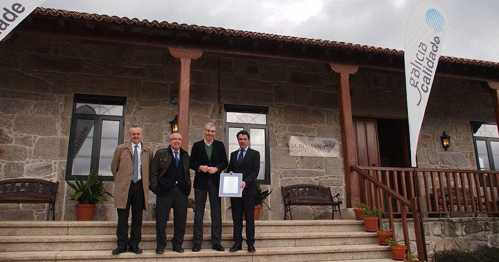 Juan Luis Méndez posa con el certificado de Galicia Calidade junto al conselleiro de Industria.