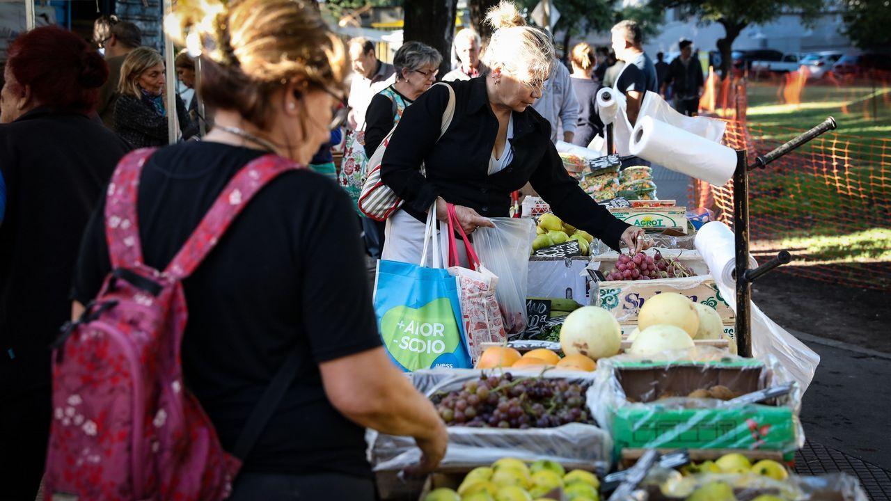 Mariano Rajoy (PP).Una mujer compra frutas y verduras en una feria comunitaria para combatir la inflación, en Buenos Aires