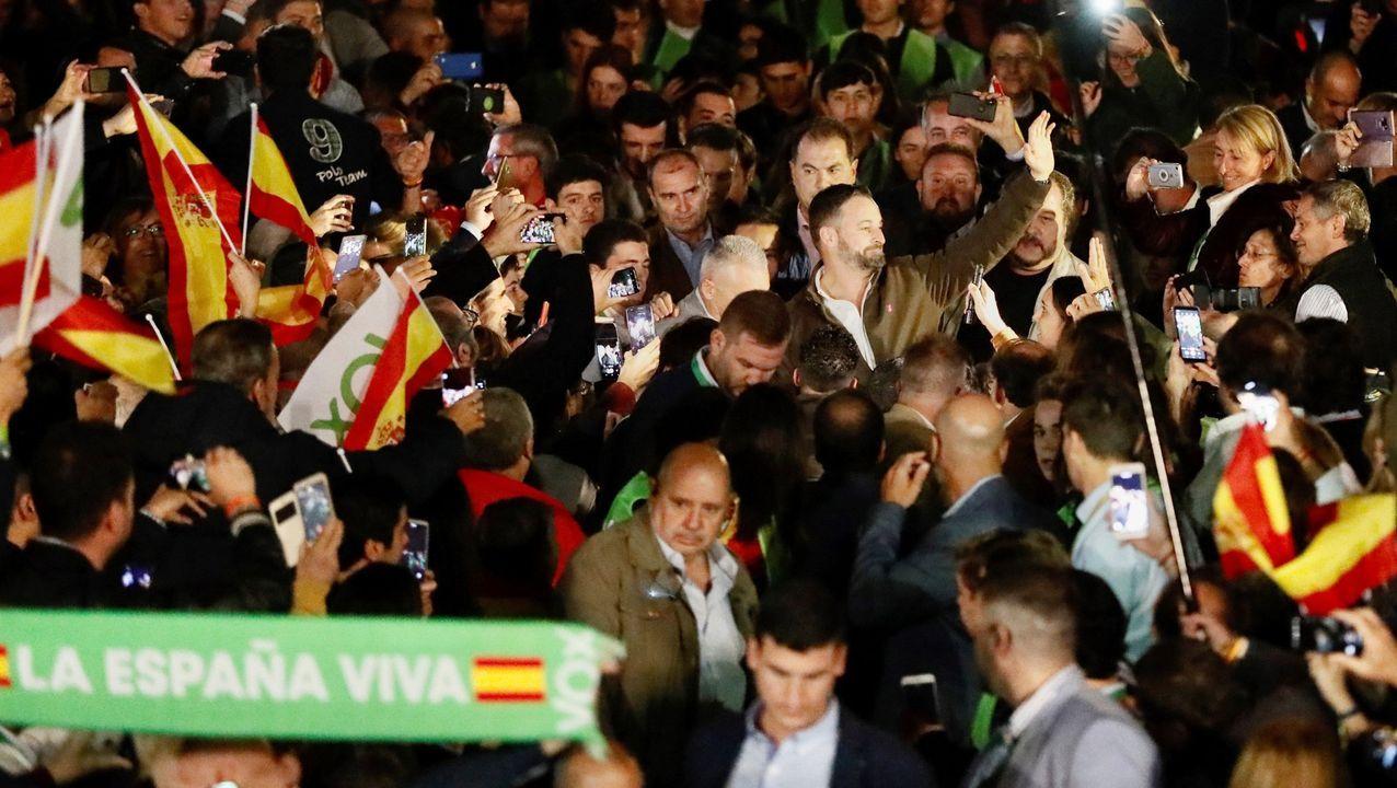 El PSOE cierra campaña en Vimianzo.Montaje a partir de una foto de Matthias Rietschel (Reuters)
