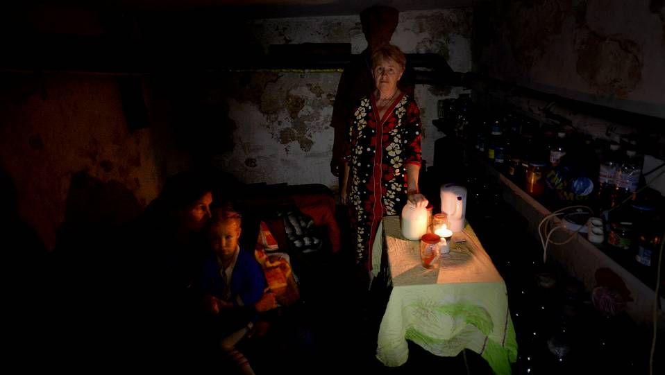 Una familia se esconde en el sótano de una casa de Slaviansk durante el cese al fuego mutuo en Ucrania