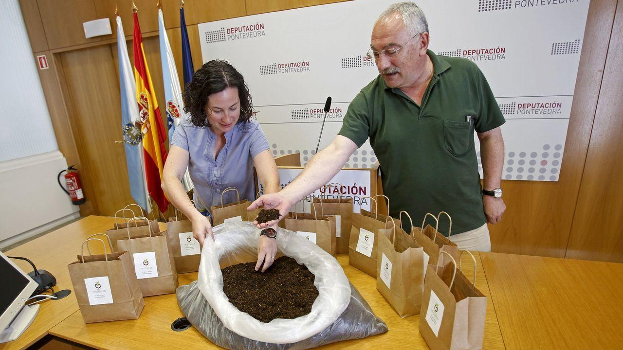 César Mosquera, vicepresidente de la Deputación de Pontevedra, presenta el primer lote de compost de Príncipe Felipe.