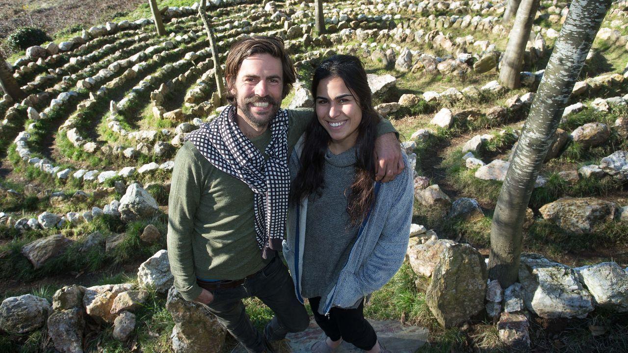 Simon y Anat delante del laberinto, conformado por once aureolas de cuarzos