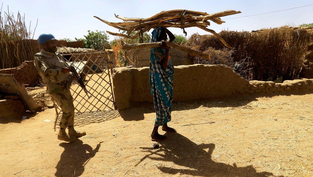Un soldado de Naciones Unidas patrulla en la zona de Darfur