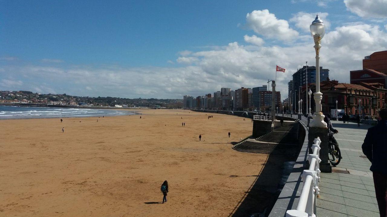 La Comisión Europea denunciará a España por sus altos niveles de contaminación.La playa de San Lorenzo en Gijón