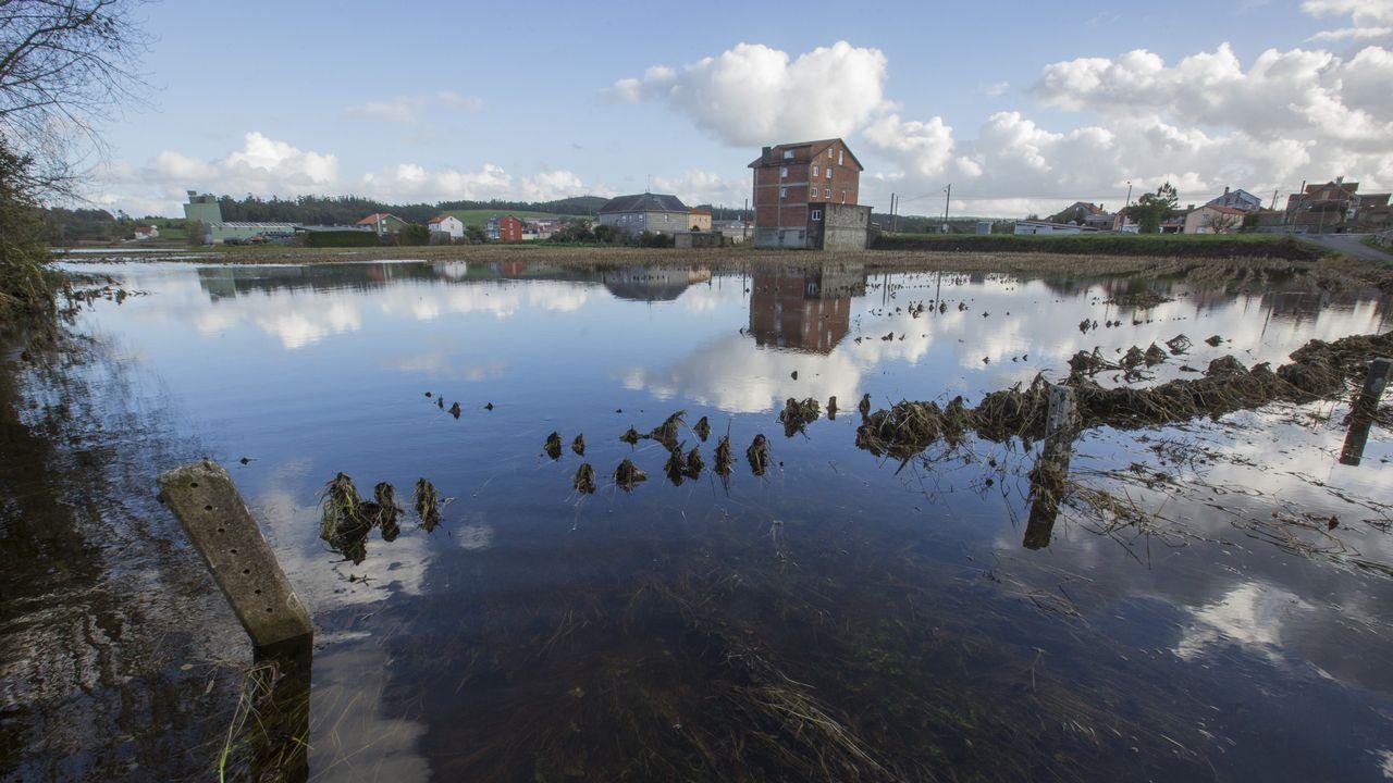 Río grande desbordado a su paso por Torelo, en Vimianzo