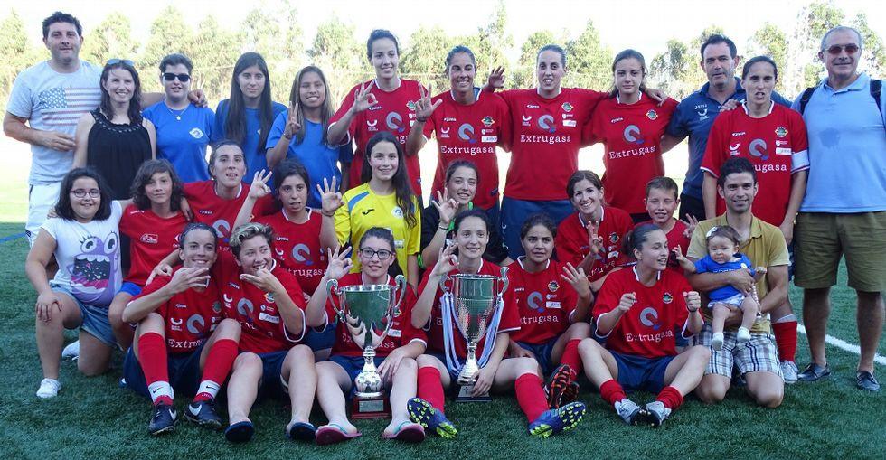 Las jugadoras del Arousana levantaron el sábado la Copa Deputación -izquierda- y Vero Boquete les entregó el domingo la Copa Federación.
