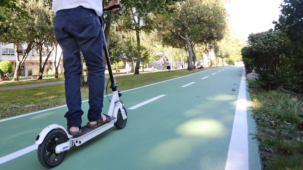 Así es el nuevo carril bici de Oviedo.Imagen de archivo de un patinete eléctrico similar al que supuestamente causó el incendio en una vivienda de Barro