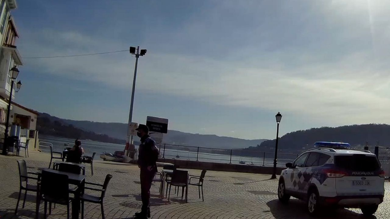 Control de la Policía Local de Ares en una terraza del paseo marítimo