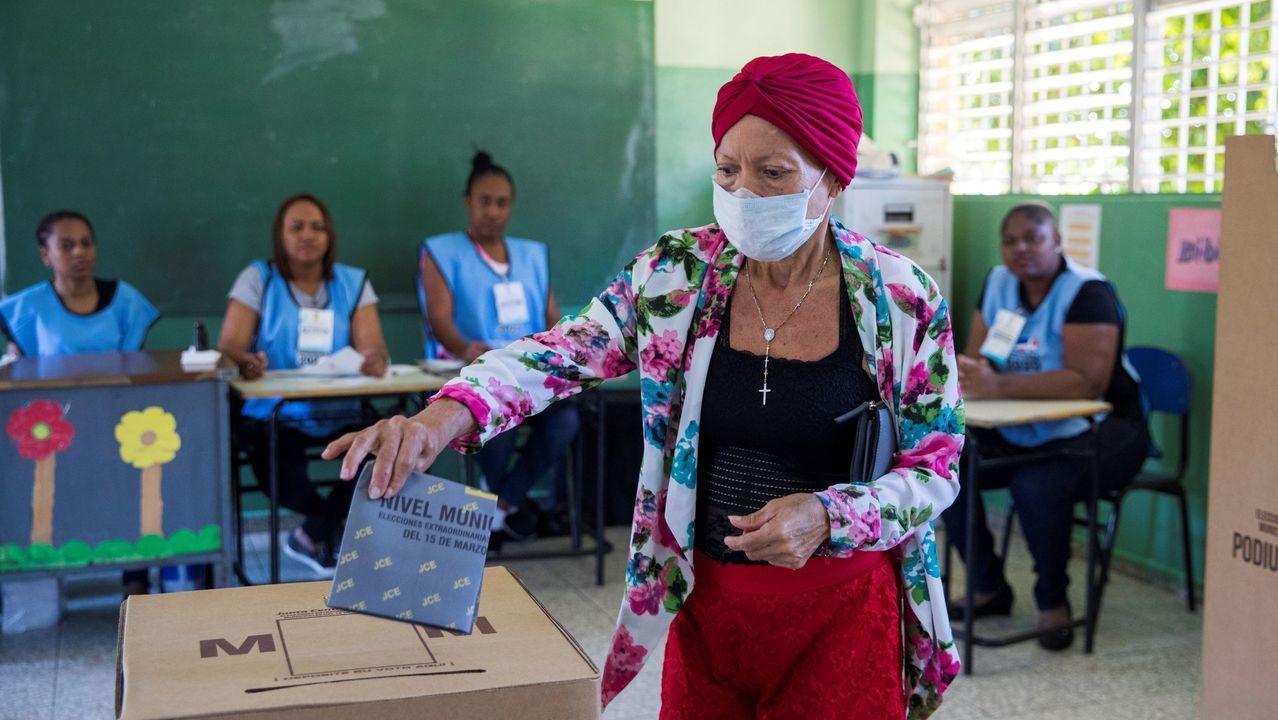 Un mujer votando hace unos días durante las elecciones municipales en Santo Domingo.