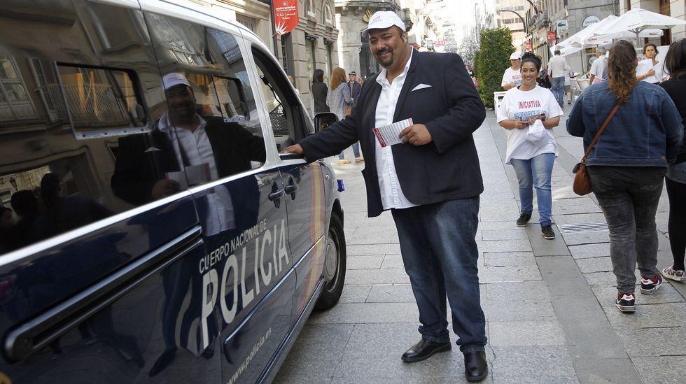El autoproclamado Obama gallego reparte propaganda y charla con la Policía Nacional