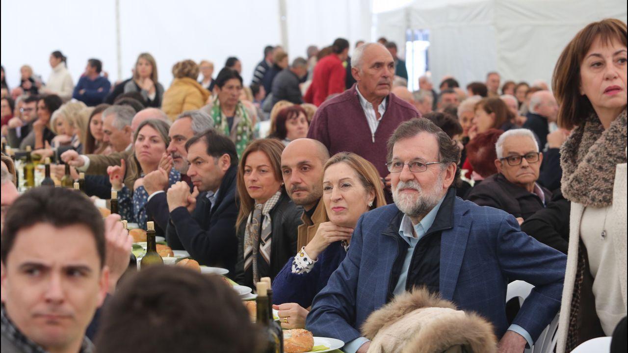 Mitin comida del PP conMariano Rajoy.Los diputados del PNV Aitor Esteban (i) y Mikel Legarda (d) durante la segunda jornada de la moción de censura
