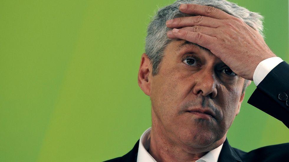 El primer ministro portugués, Passos Coelho, saluda durante un acto electoral.