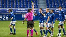 Los jugadores del Oviedo protestan una decisión arbitral durante el partido ante el Leganés