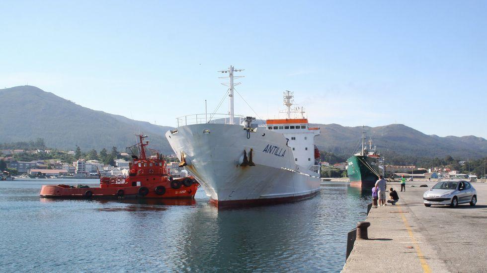 Maniobras de atraque en el puerto comercial de Pobra do Caramiñal