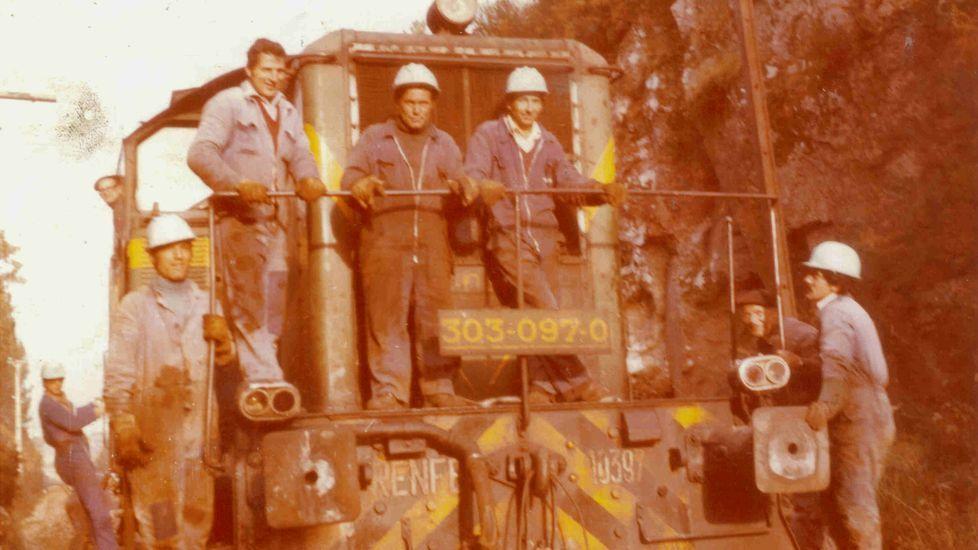 Imagen histórica de trabajadores cambiando las vías en la línea férrea Santiago-A Coruña