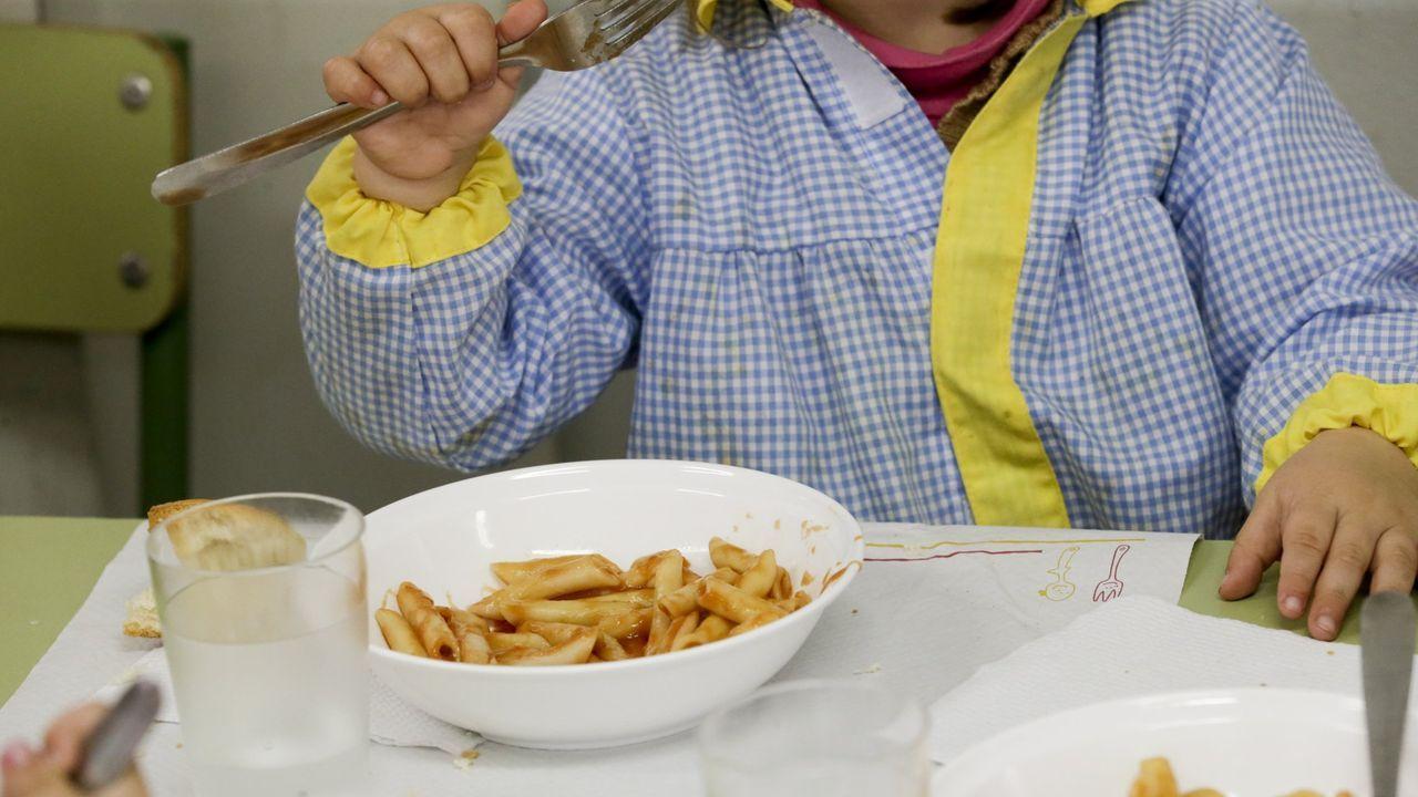 imagen de archivo de un escolar en un comedor