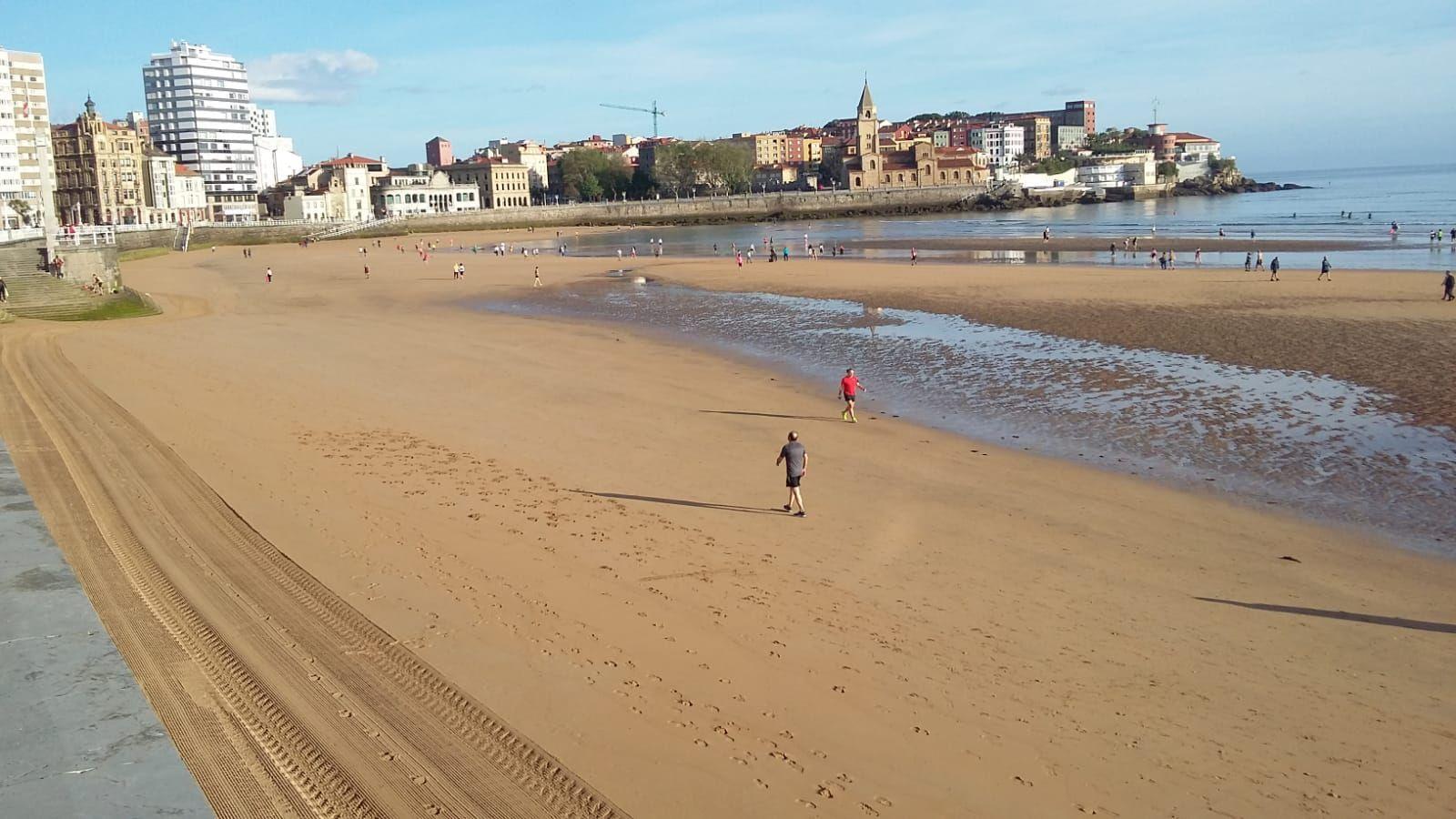 La playa de San Lorenzo, en Gijón, en la fase 0 de la desescalada