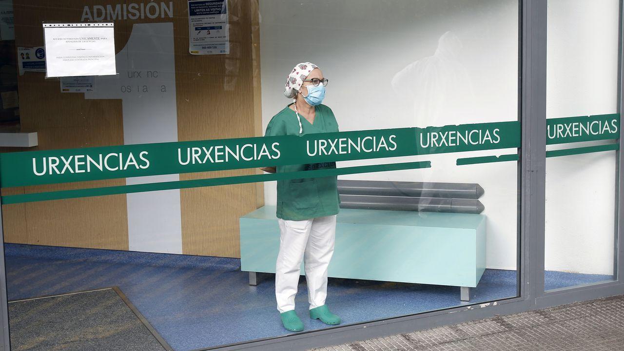 Trabajadores sanitarios, en el Hospital Montecelo de Pontevedra