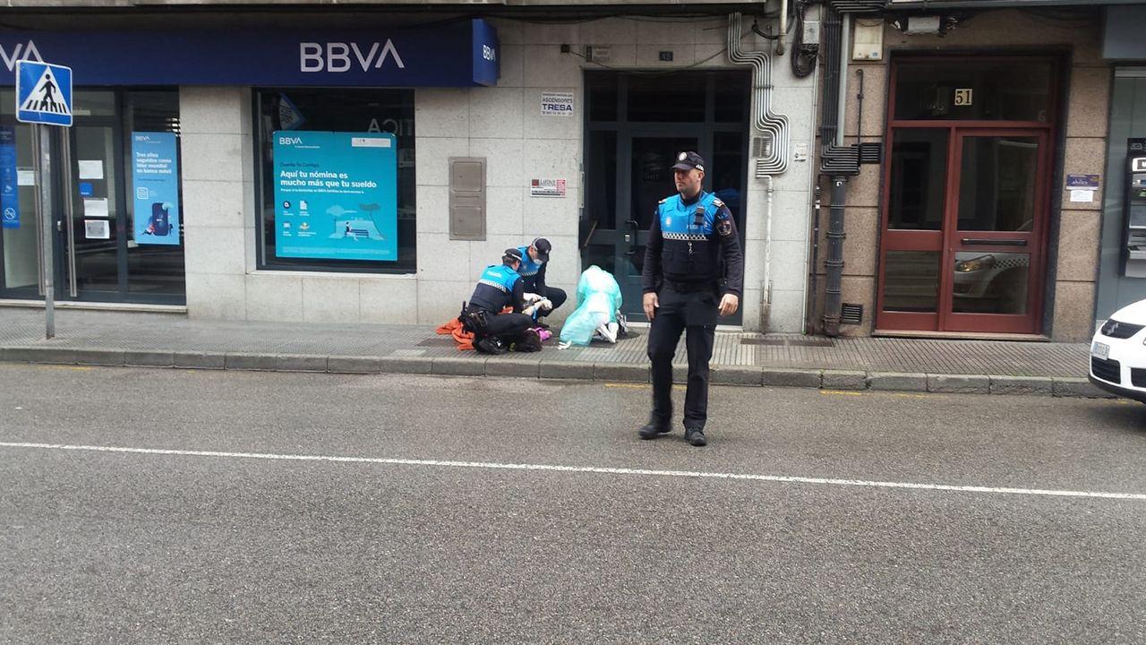 Momento de la actuación de los agentes de Laviana y del servicio sanitario.