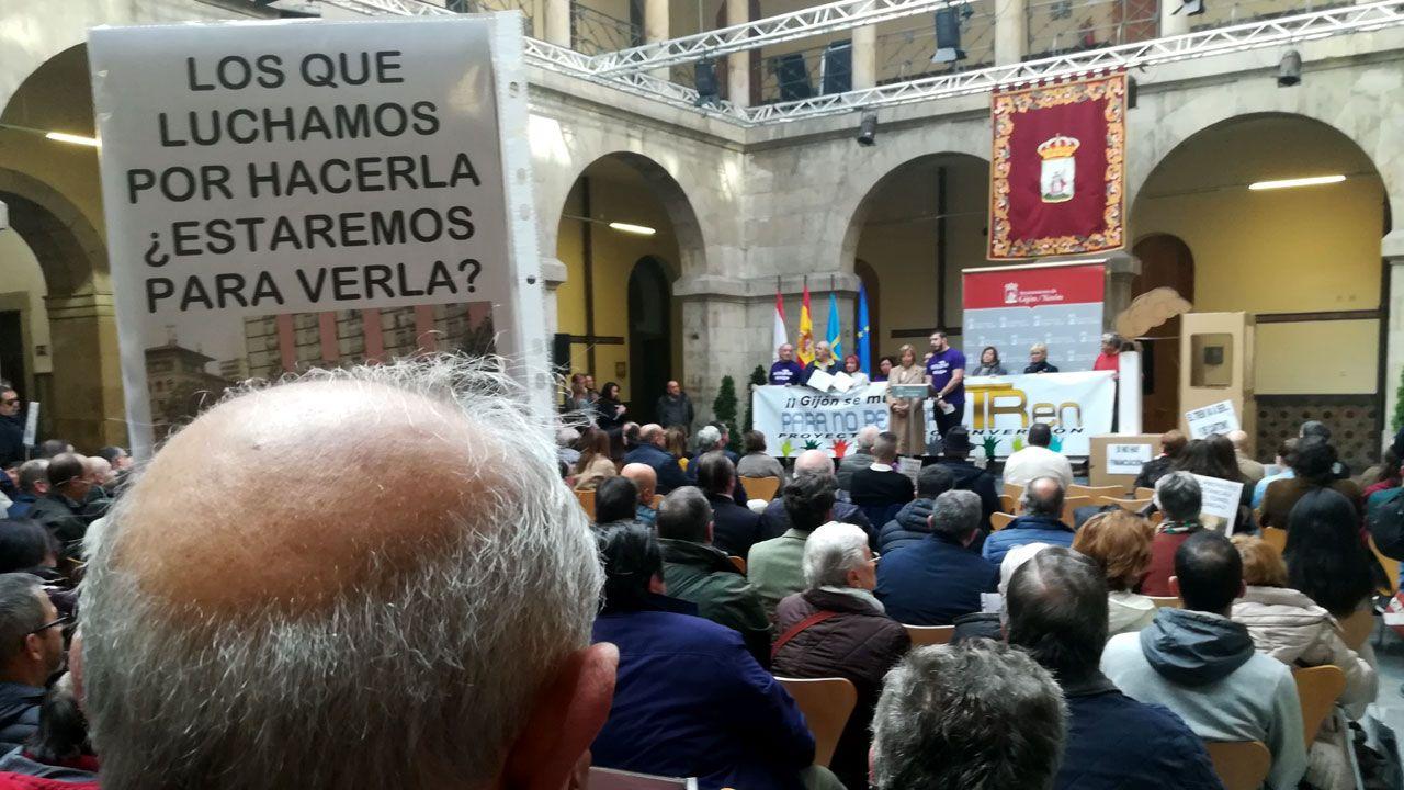Tita Caravera lee, al fondo, el manifiesto de la Plataforma en defensa del Plan de Vías en el patio del CCAI