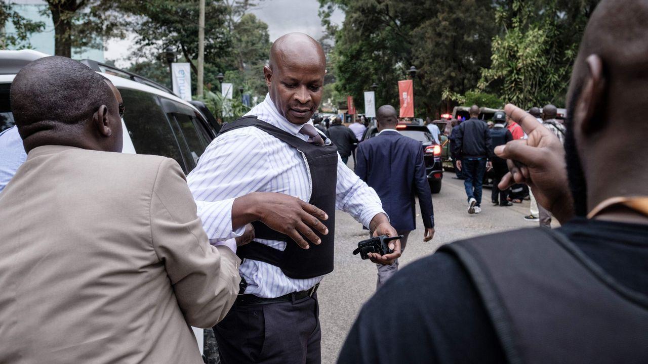 Miembros de las fuerzas de seguridad se aproximan a la zona donde se produjo la explosión y los disparos, en un hotel de Nairobi, en Kenia