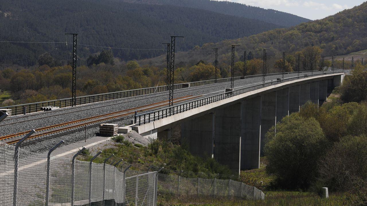 Un viaducto del AVE con los postes de la catenaria instalados