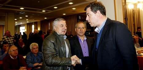 José Blanco y José Ramón Gómez Besteiro se saludan al comienzo del comité nacional del PSdeG, en Santiago.