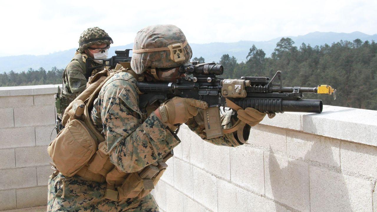 La Brilat se despliega en Barro.David Berain, ante los restos de un combate en el norte   de Irak en abril del 2003