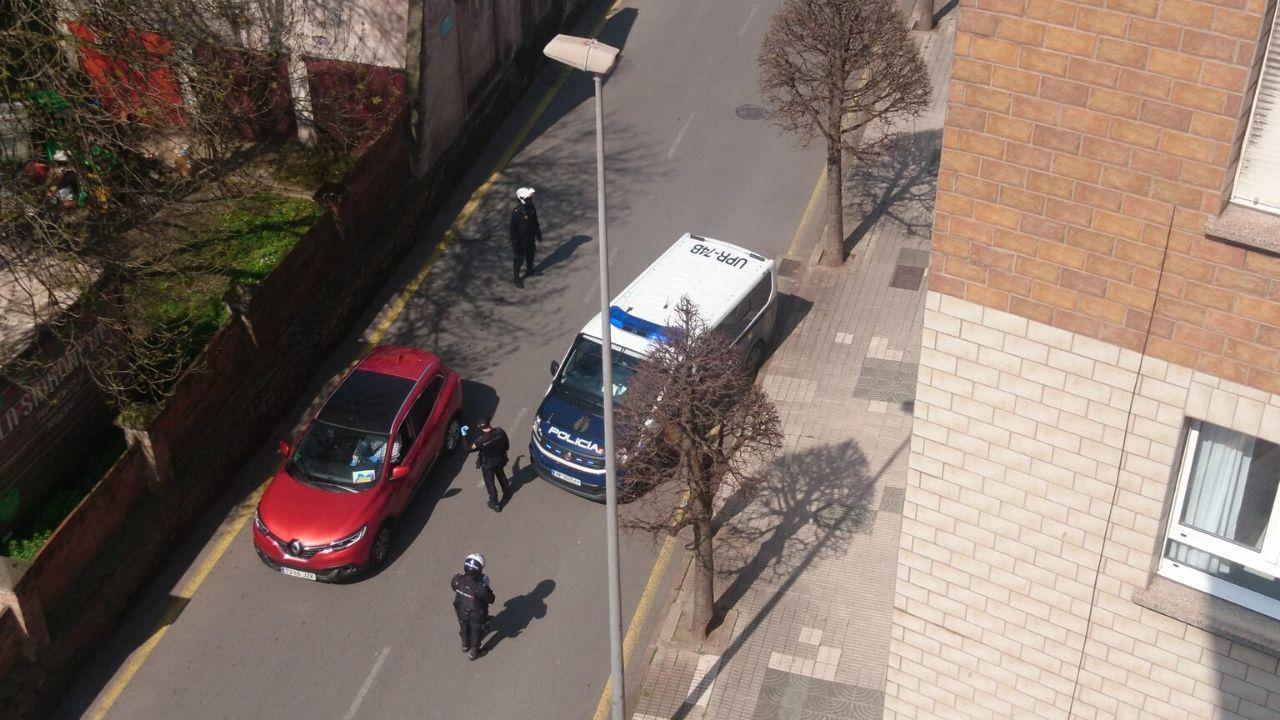 Recogida de basura y desinfección a tres turnos: mañana, tarde y noche.La Policía realiza un control durante la cuarentena de coronavirus en Gijón