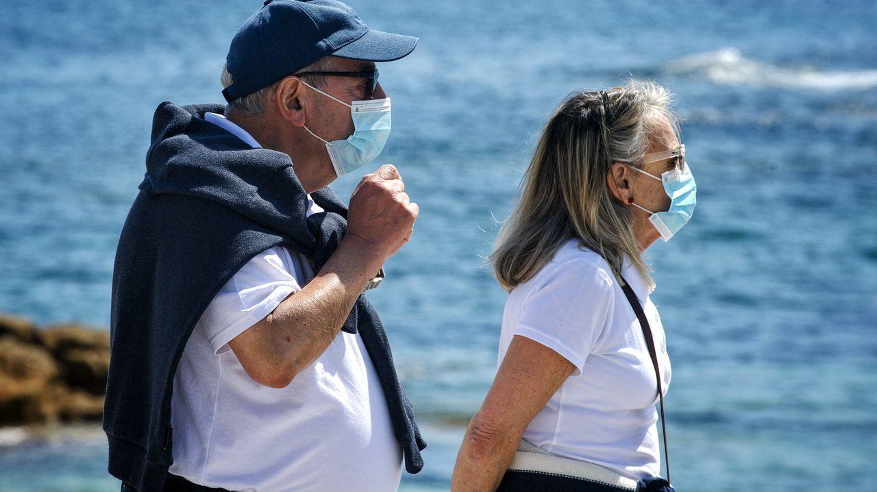 En directo: comparecencia de Alberto Núñez Feijoo.Una pareja pasea por Riazor protegida con mascarillas