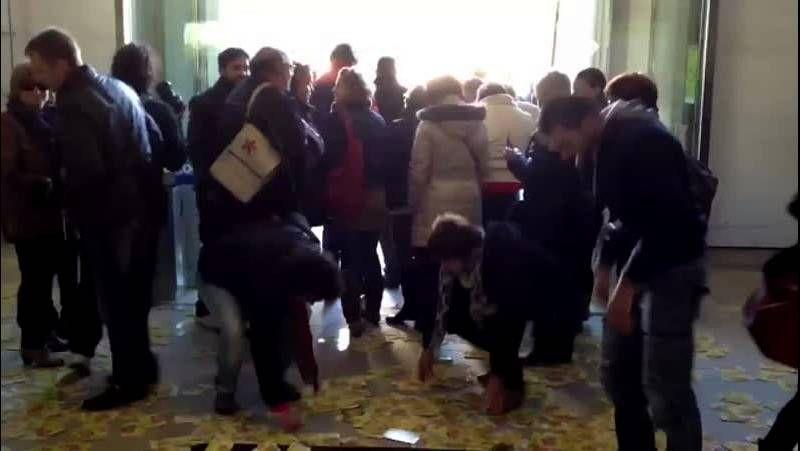 Protesta en el Pazo Provincial.La desolación se apoderó ayer de las trabajadoras de Alfageme al conocer que el concurso público había quedado desierto.
