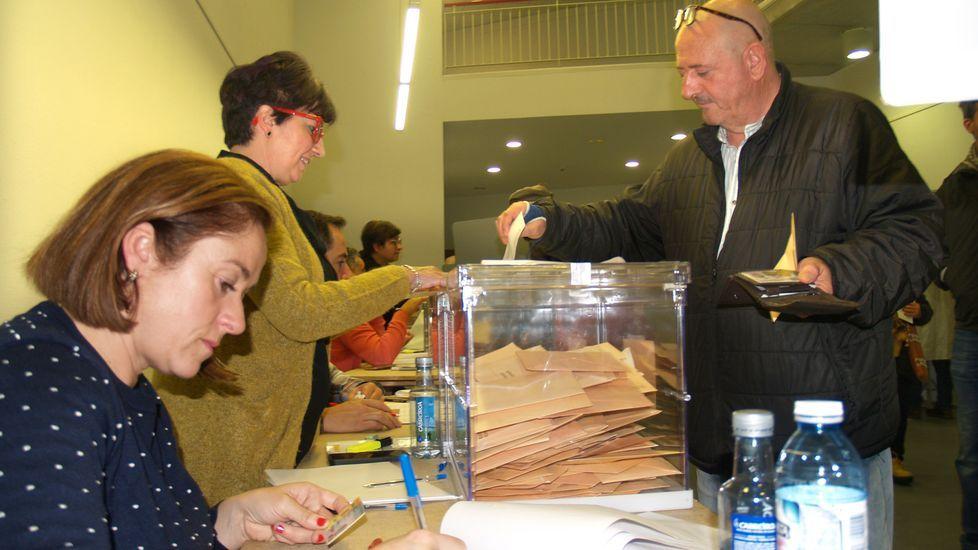 La montaña de Lugo se tiñe de blanco.Votaciones, el pasado domingo, en un colegio electoral del sur lucense