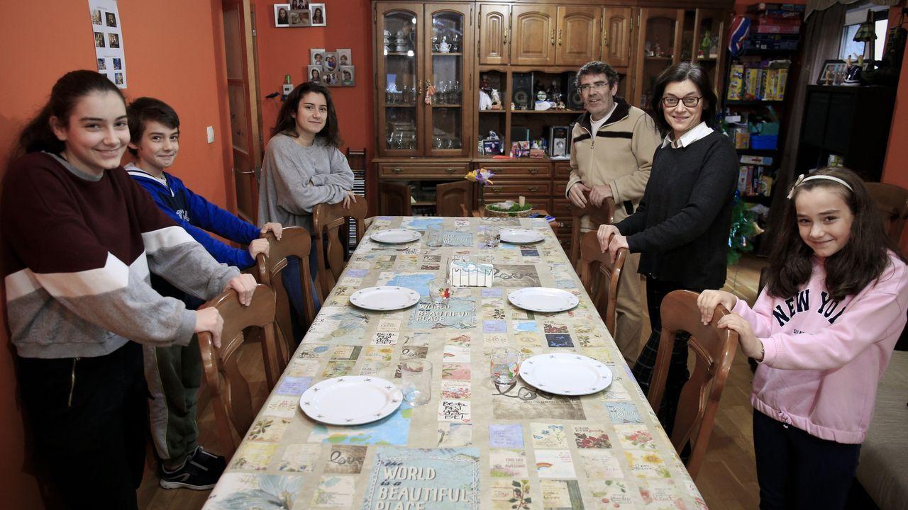 El homenaje de Ferrol al personal sanitario por San Xiao.Control de la Policía Local en la ronda do Carme durante el estado de alarma